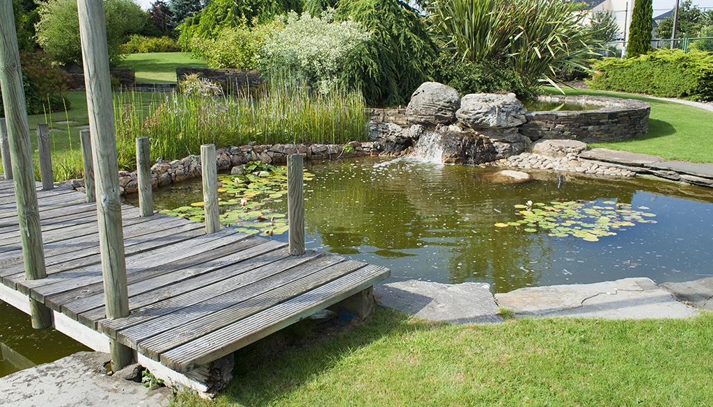 Estanque de jardín con un puente