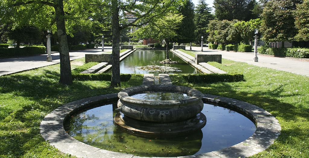 Dos estanques de estilo formal. uno circular y otro restangular